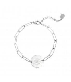 Zilverkelurige schakelarmband heeft een ronde bedel met als afbeelding een oog