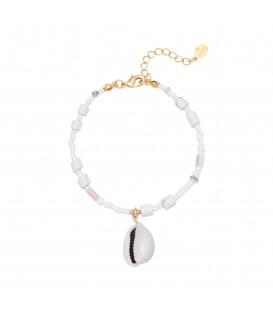 Witte armband met kleurrijke kralen en schelp