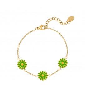 Goudkleurige armband met drie groene madelief bloemen