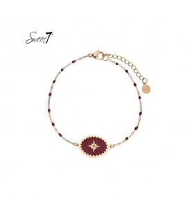 Goudkleurige armband met bordeaux rode kraaltjes en bedel met ster