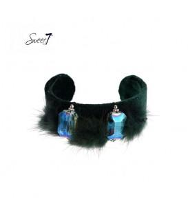 Groene spang armband met zacht vachtje en twee stenen