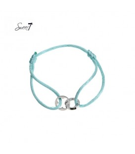 armband van felblauw koord met twee zilverkleurige bedels