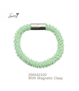Armband met kleine groene glaskralen en magneetsluiting