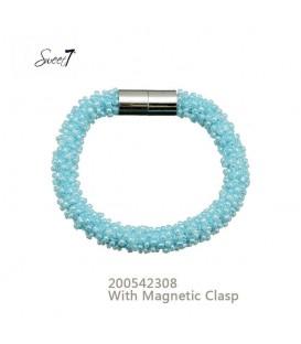 armband met kleine lichtblauwe glaskralen en magneetsluiting