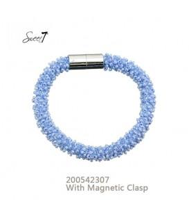 armband met kleine blauwe glaskralen en magneetsluiting