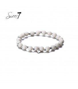 Elastische armband met ronde grijze kralen en kleine kraaltjes