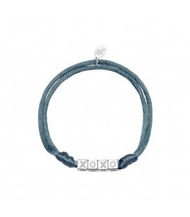 grijze satijnen armband met zilverkleurige vierkante kralen met xoxo