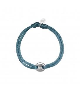 armband met een grijs satijnen koord en een zilverkleurig bedeltje